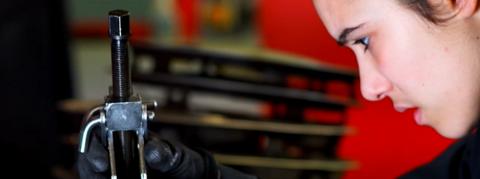 Emma excerce la mécanique automobile avec passion.