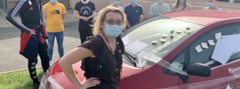 Laëtitia Lamard découvre sa voiture emballée